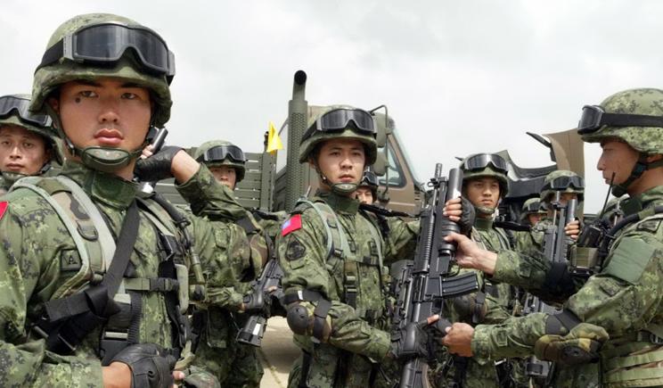 Китайская армия вместо танков использует солдат (ВИДЕО)