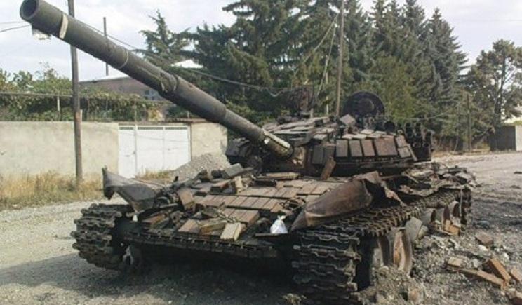 Из РФ ночью въехали три танка, идет бой, один танк подбит