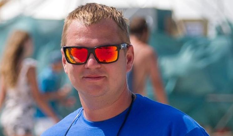 Министр молодежи и спорта развлекается, катаясь на вейкборде (ВИДЕО)