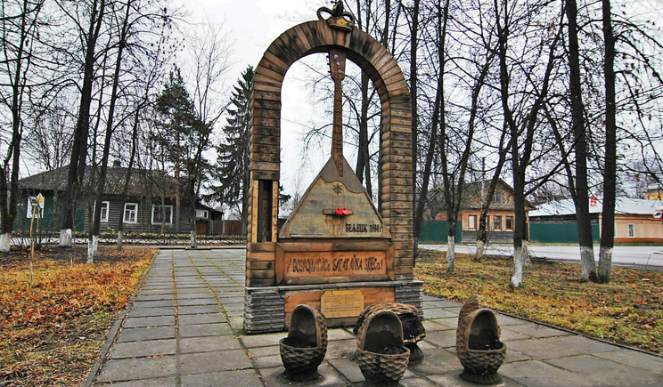 Жизнь в Крыму стала налаживаться, уже поставили 4 метровый памятник балалайке