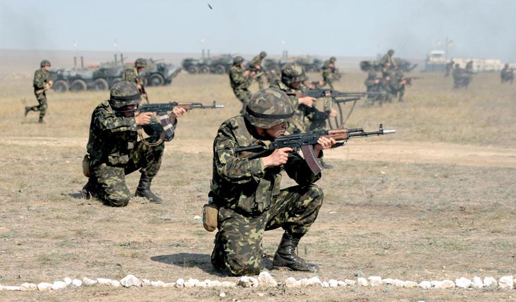 Украина стягивает военную технику к границам, готовясь принять бой (ВИДЕО)