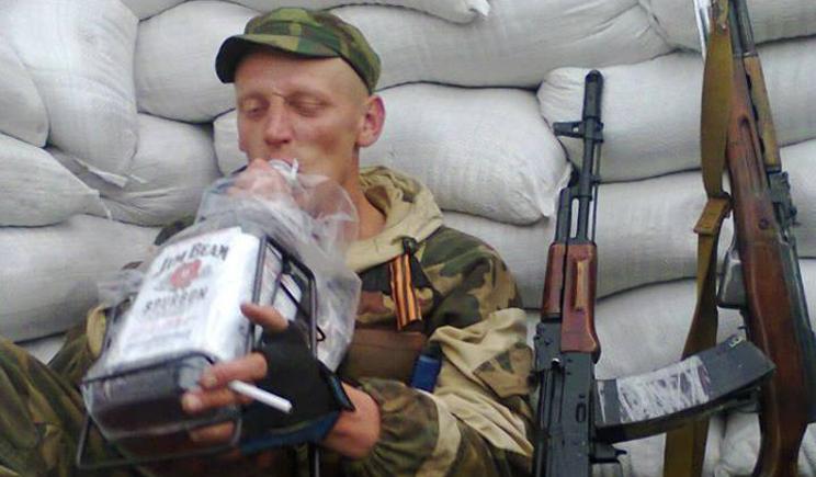 Гурманы ДНР балуют себя не родной водочкой, а напитком загнивающего запада (ВИДЕО)