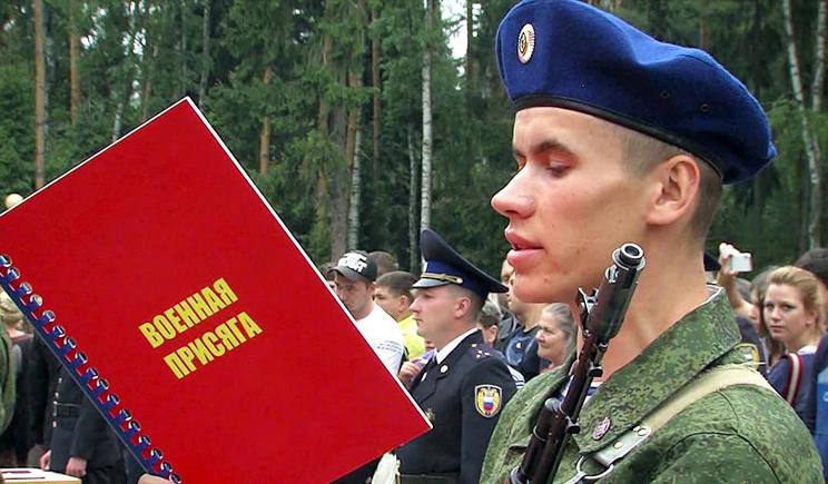В России во время присяги БТР переехал новобранца (ВИДЕО)