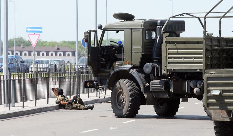 В Луганске возле аэропорта идет бой