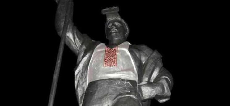 В Мариуполе скульптуру одели в вышиванку (ФОТО)