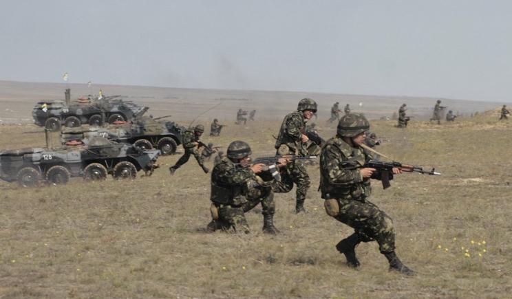 Пока на востоке воюют необученные добровольцы, профессиональные военные не знают куда себя деть от скуки