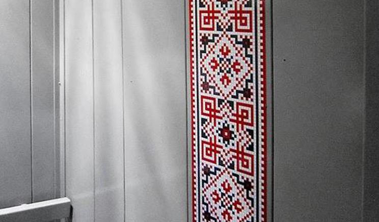 Киевские лифты теперь в национальных украинских орнаментах (ФОТО)