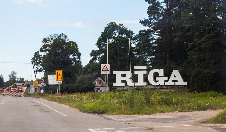 Знак Рига при въезде в столицу Латвии стал желто-голубым
