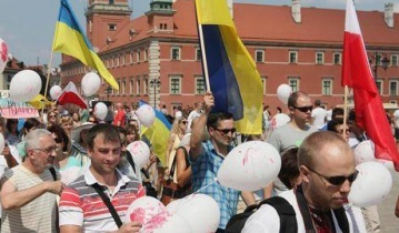 Поляки поддержали украинцев, проведя парад в Варшаве