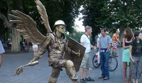 """В Одессе появился оживаючий памятник, бойцу """"Небесной сотни"""""""