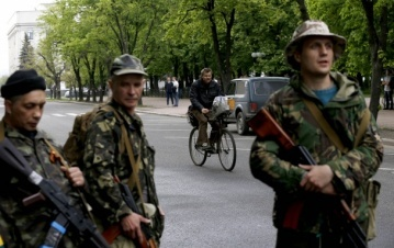 Террористы закрыли все выезды из луганска, не пропускают ни одной машины