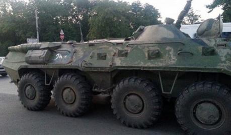 В Ростове-на-Дону люди перекрыли дорогу БТРам