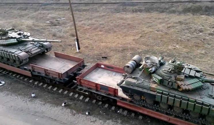 В сторону украинской границы на эшелоне везут 15 танков с закрашенными номерами