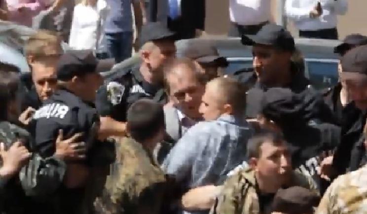Майдановцы избили депутата Пашинского (ВИДЕО)