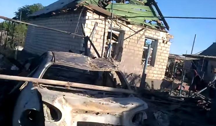 Террористы под украинскими флагами обстреливают жилые дома в Луганске