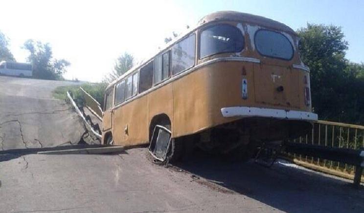 Террористы взорвали два моста в Луганской области