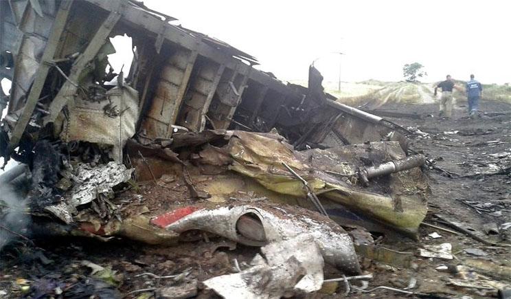 На месте крушения Боинг-777, террористы взялись за свое излюбленное дело – сдачу металлолома