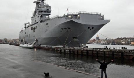 """Во Франции, на моряков РФ, прибывших для обучения на """"Мистралях"""", смотрят как на """"зверей в зоопарке"""" и держат за колючей проволокой"""
