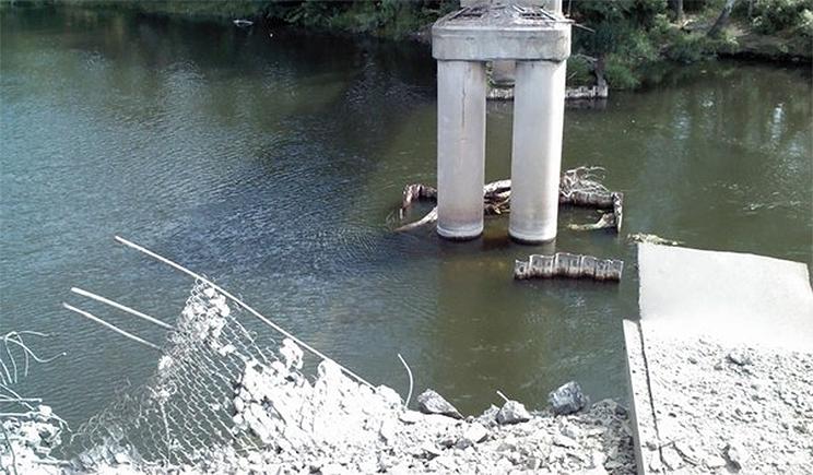 Террористы взорвали мост через Северский Донец
