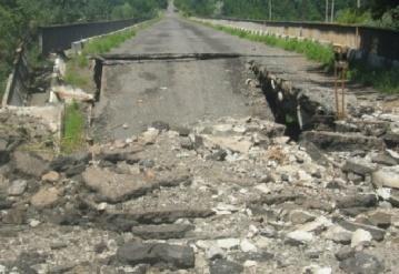 На Донетчине террористы взорвали железнодорожные пути и пешеходный мост