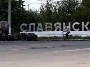 В центре Славянска проходит эксгумация трупов которые оставили террористы