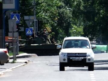 Террористы въехали в центр Донецка на танках ФОТО