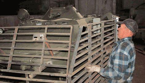 Одесситы на одном из СТО  изготовляют защитные экраны для украинских БТРов