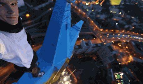 Григорий Mustang Wanted поздравил Украину с Днем Независимости новым снимком на московской высотке ФОТО