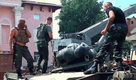 Батальон Айдар снес памятник Ленину в городе Счастья, что недалеко от Луганска