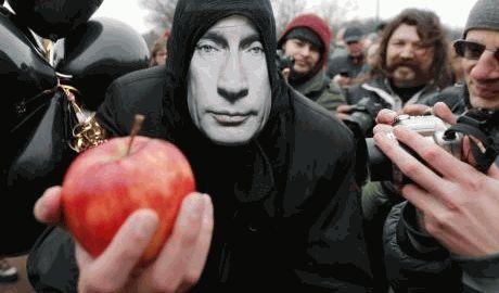 Петр Порошенко поддержал флешмоб «съешь яблоко на зло Путину», в знак солидарности с поляками