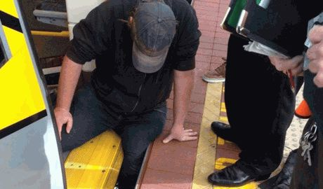 Спасая человека, жители города Стерлинг (Австралия) отклонили вагон метро ВИДЕО