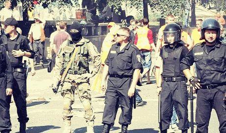 Коммунальники при поддержке батальона «Киев-1» начали разбирать баррикады на майдане