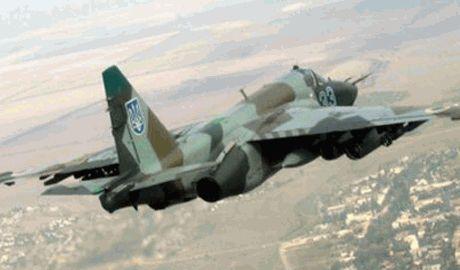 Украинский штурмовик выполняют боевые задачи, летая на высоте в 25-30 метров над землей ВИДЕО