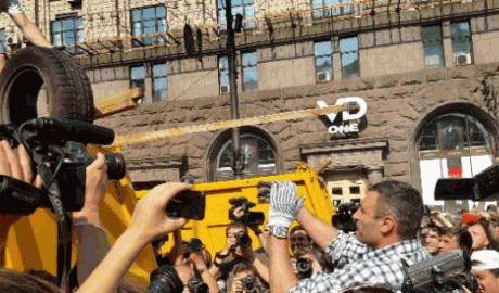 Киевляне вместе с мэром Виталием Кличко убирают баррикады на майдане