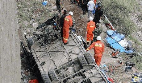 В Тибете автобус упал в ущелье, 44 человека погибло ФОТО