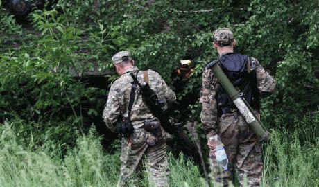 Террористы под видом мирных жителей, бегут из Луганска