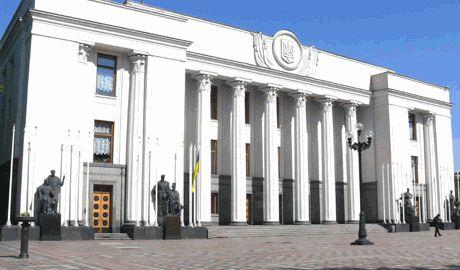 Народ решил добавить депутатам уверенности в принятии решении о люстрации, перекрыв тайный выход из парламента