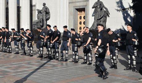 Милиция возле стен ВРУ, вооружена автоматами калашникова