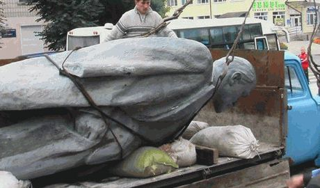 Еще один памятник Ленину демонтировали в Новоайдаре ВИДЕО