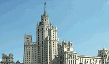 В Москве на сталинской высотке водрузили флаг Украины ФОТО