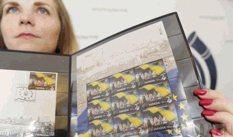 """В Киеве презентовали почтовую марку """"Евромайдан"""" ФОТО"""