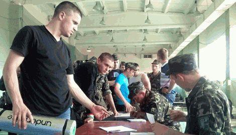 В Харькове люди штурмуют военкомат, желая защищать родину ФОТО