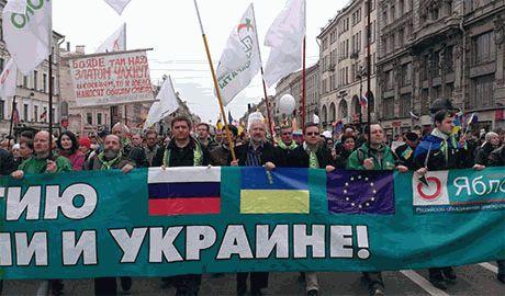 Более ста человек вышли на антивоенную акцию в Петербурге