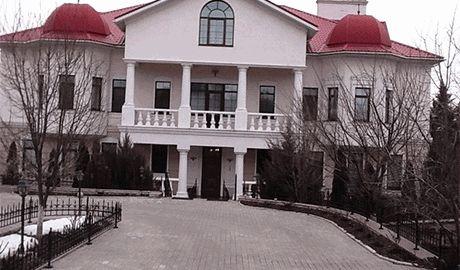 Особняк Ефремова – самое безопасное место в Луганске. Но бывшие соратники уверяют, что слухи о «бомбоубежище» в доме – «заказуха в рамках травли»