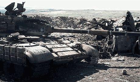 После провала блицкрига, остатки танковой колонны разбитой под Новоазовском, ждут подкрепления на границе с РФ