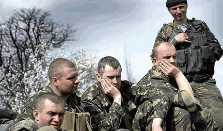 Агенты ФСБ в форме террористов, уговаривают украинских десантников заблокированных частей, отходить в сторону России