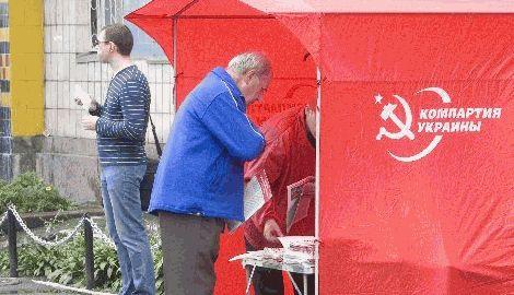 В Харькове люди снесли палатку КПУ, в которой собирали средства для помощи ДНР