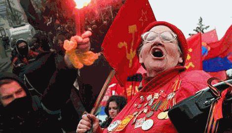 В Харькове митингующих коммунистов забросали яйцами