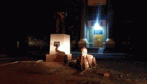 Украина продолжает избавляться от остатков советско наследия, еще два памятника Ленину упали в Харькове