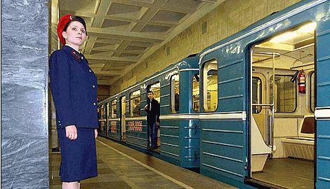 В Москве в поддержку украинцев, активисты раскрасили в желто-голубые цвета поезд, столичной подземки